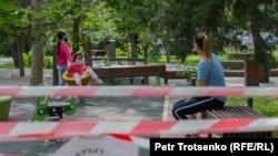 Карантин кезінде саябақта ойнап жүрген балалар. Алматы, 22 маусым 2020 жыл.