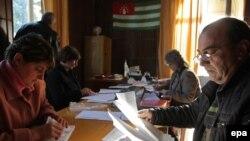 Избирательная комиссия имеет десять дней на регистрацию выдвинутых кандидатов. Для этого изучаются представленные документы, сделаны запросы в соответствующие органы