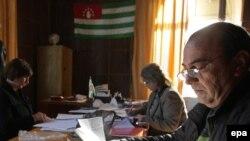 Абхазские паспорта будут зеленого цвета, помимо них будет изготовлено 50 тысяч красного цвета бланков вида на жительство. Первые бланки должны поступить в республику в августе этого года, а до 30 января 2016 года – все остальные