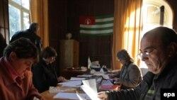 ადგილობრივი საარჩევნო კომისიის წევრები საარჩევნო ბიულეტენებს ამოწმებენ