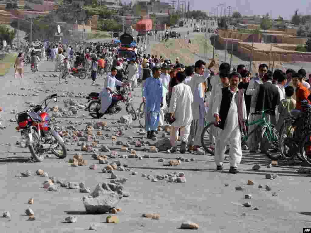 Представники шиїтської громади перекрили автомагістраль в місті Кветта в Пакистані, 6 травня. Протест є реакцією на вбивство п'ятьох представників місцевої шиїтської меншини. Це не перший подібний випадок у Кветті, де сунітські бойовики нападають на шиїтів, вважаючи їх єретиками. Photo by Banaras Khan for AFP