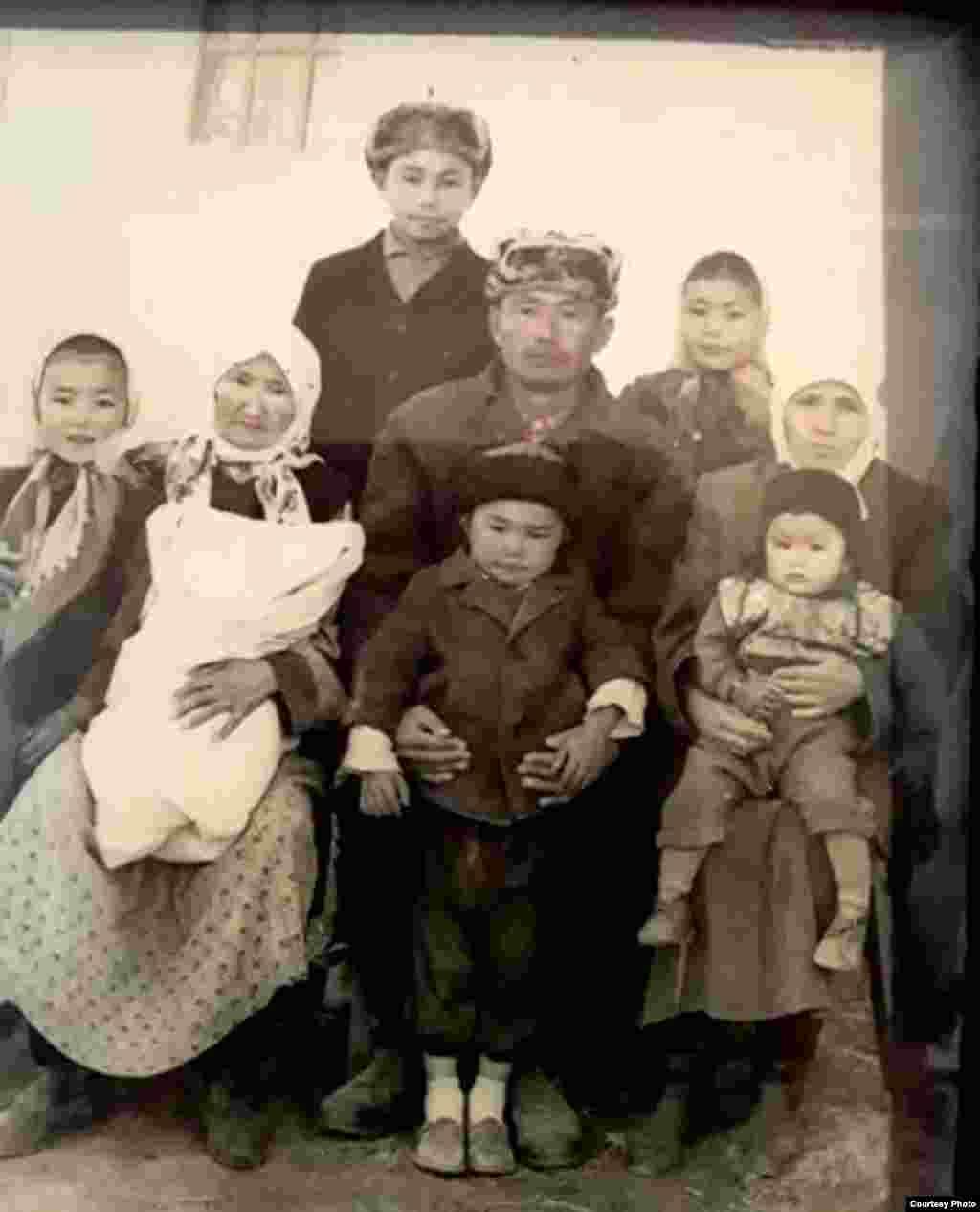 Мукайыл Мырзабеков ата үй-бүлөсү менен. 1950-жж.