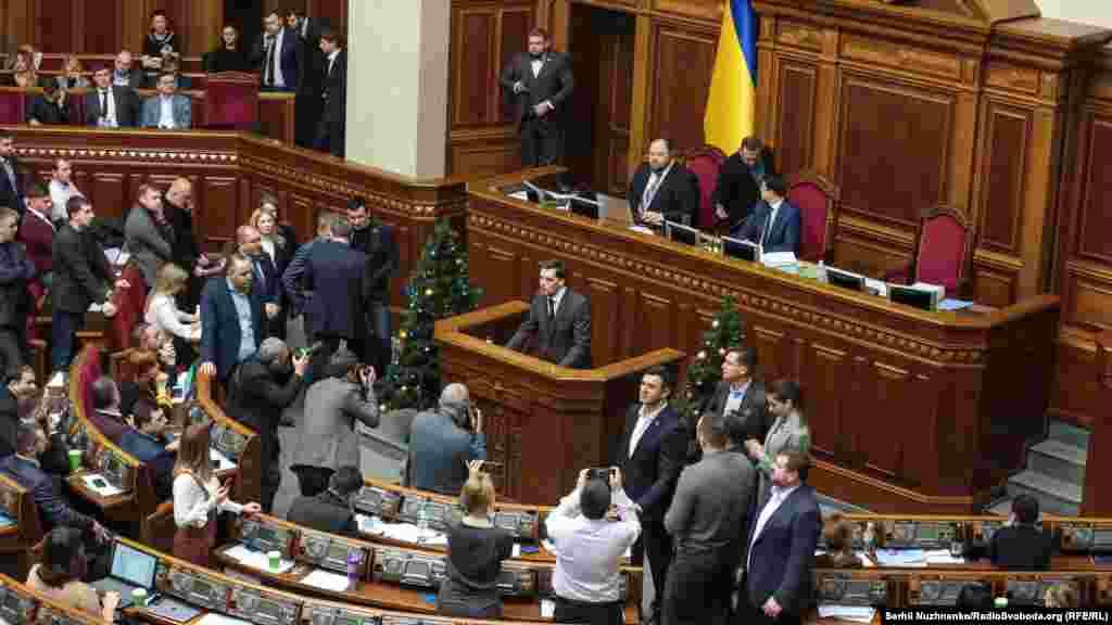Прем'єр-міністр Олексій Гончарук заявив, що подав прохання про відставку президентові Володимиру Зеленському і чекає на його «політичне рішення».