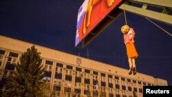 Efigia Iuliei Timoșenko spînzurată, înălțată de agitatorii pro-ruși în fața sediului Serviciului de Securitate ucrainean de la Lugansk
