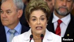 Дилма Русеф выступает после того, как ее временно отстранили от должности президента Бразилии. Бразилиа, 12 мая 2016 года.