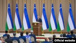 Президент Шавкат Мирзиёев йиғилишлардан бирида нутқ сўзламоқда.