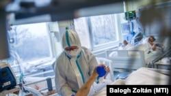 Védőfelszerelést viselő gyógytornász az Országos Korányi Pulmonológiai Intézet koronavírussal fertőzött betegek fogadására kialakított intenzív osztályán 2020. december 11-én.