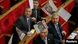 Листівки з портретом Юлії Тимошенко летять із ложі преси в сесійний зал, 19 листопада 2013 року