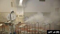 Санітарна обробка всередині храму Імама Рези – найбільшого шиїтського мусульманського релігійного комплексу Ірану