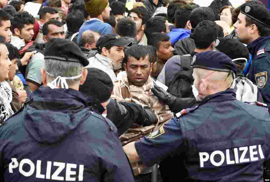 АВСТРИЈА - Австрија нуди да испрати свои војници на Балканот или во Северна Африка да помогнат во контролата на приливот мигранти во Европа.