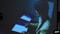 گلبدین حکمتیار هنگام امضای توافقنامه صلح با حکومت افغانستان.