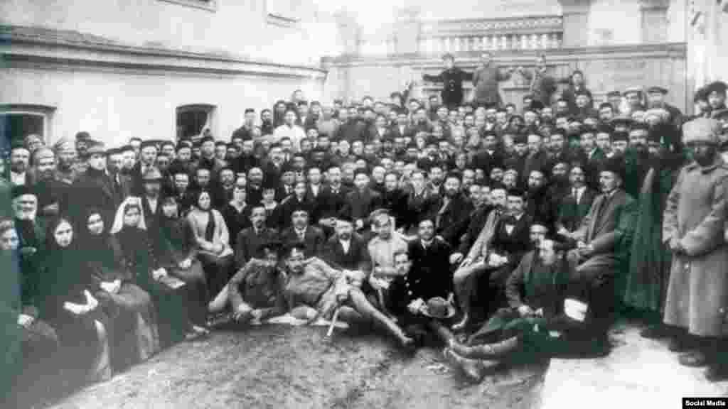 Листопад 1917. Делегати першого Курултаю кримських татар у Бахчисараї