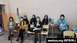 Сайлау процесін қадағалап отырған бақылаушылар. Алматы қаласы, 10 қаңтар 2021 жыл. Көрнекі сурет.