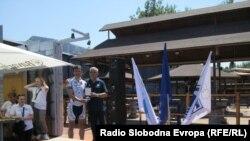 Predsjednik Sportskog saveza Mostara, Hasan Šišić je gostima iz Srbije uručio posebnu zahvalnicu, foto: Mirsad Behram