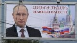 """Cele trei zile ale alegerilor din Rusia pentru camera inferioară a Parlamentului au fost marcate de acuzații de fraudă pe scară largă, venite după o lungă perioadă de anihilare sistematică a oricărei opoziții la adresa partidului """"Rusia Unită"""" a lui Vladimir Putin."""