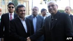 Иранскиот претседател Махмуд Ахмадинеџад го пречекува неговиот пакистански колега Асиф Али Зардари во Техеран.