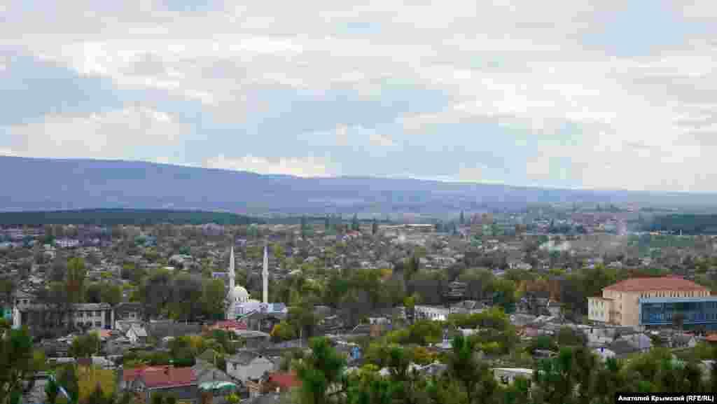 Вид на Белогорск со смотровой площадки на холме Дорт-Куль ( с крымскотатарского – четырехугольник)