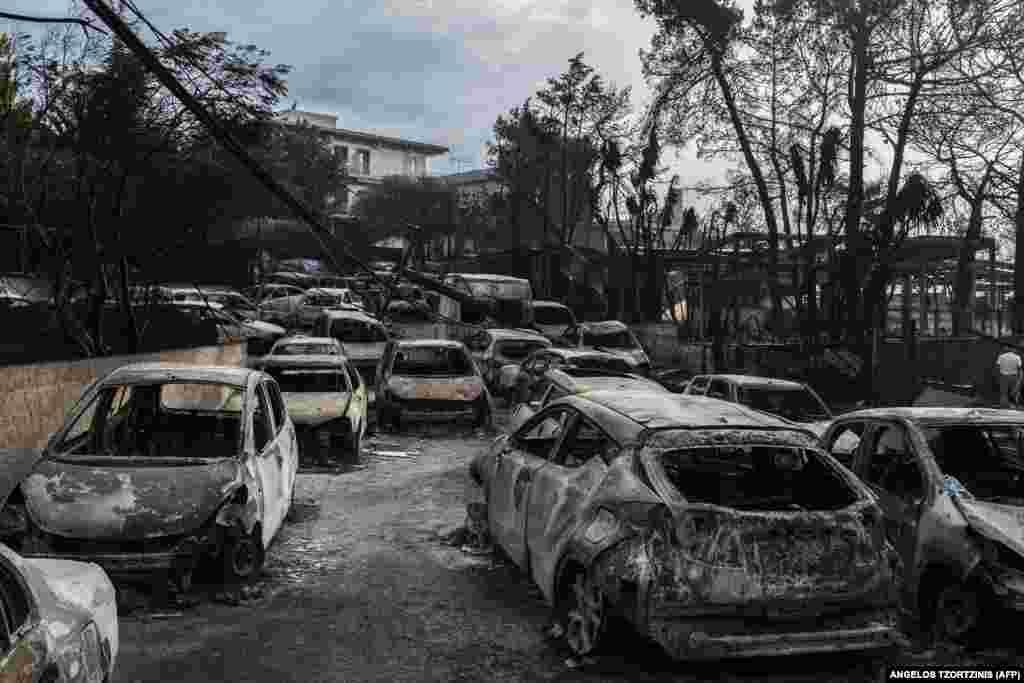 این عکس از روز ۲۴ ژوئیه خودروهای سوخته در روستایی در نزدیکی آتن را نشان میدهد.