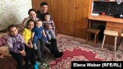 Дмитрий Радин с женой и детьми.
