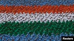 د ښوونځيو ماشومانو د خپلواکۍ پر ورځ د هند ملي جنډۍ جامې اغوستې