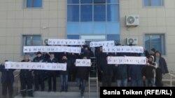 Рабочие нефтесервисной компании Techno Trading LTD у здания, в котором расположено помещение профсоюза. Село Кызылтобе Мунайлинского района Мангистауской области, 5 января 2017 года.