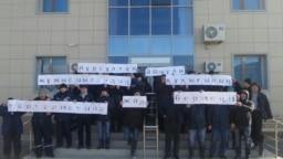 Рабочие нефтесервисной компании Techno Trading LTD стоят с плакатами с призывом к президенту Казахстана не позволять нарушений прав рабочих. Село Кызылтобе Мунайлинского района Мангистауской области, 5 января 2017 года.