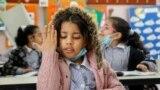 Egy palesztin kisiskolás jelentkezik. Az iskolát az ENSZ Segély és Munkaügyi Hivatala működteti, amely azután nyitott újra, hogy enyhítettek a járványügyi korlátozásokon a régióban.