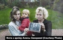 Алена Захаранка з сынам Кірылам і маці Вольгай. Архіўнае фота