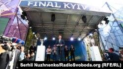 Церемонія передачі Києві кубків Ліги чемпіонів