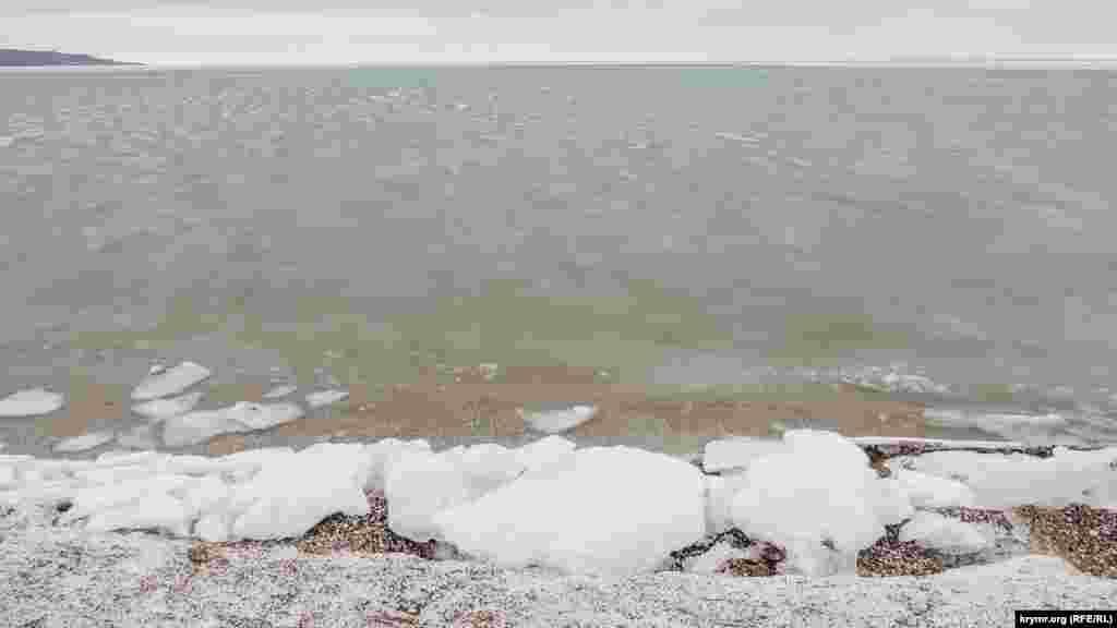 Глыбы льда у берегов поселка Курортное в Керчи. В начале февраля Азовское море здесь замерзло, 3 февраля 2017 года