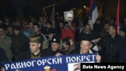 Kampanja protiv Peščanika vodi se već duže vreme na različite načine, fotografija prikazuje protest desničara u Aranđelovcu protiv Peščanika, u decembru 2007. godine.