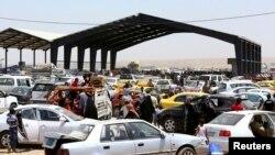Люди уезжают из Мосула