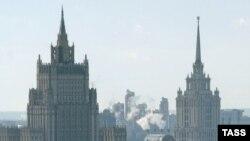 Ministerul rus de externe (în prim plan)