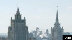 Здание МИД России (слева)