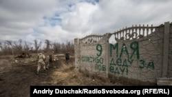 «9 мая, спасибо деду за победу!» – напис, зроблений проросійськими бойовиками у Широкині ще до того, як українські морпіхи вибили їх із села