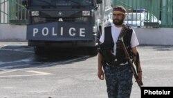 Полиция ғимаратын басып алған қарулы топ мүшелерінің бірі. Ереван, 23 шілде 2016 жыл.