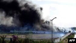 На парковке у посольства США в Тунисе горят машины