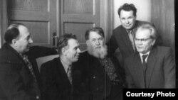 Сяргей Грахоўскі, Мікола Аўрамчык, Уладзімер Дубоўка, Уладзіслаў Нядзьведзкі і Васіль Вітка. Здымак 1960-х гадоў.