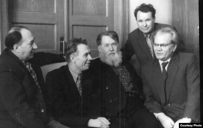 Сяргей Грахоўскі, Мікола Аўрамчык, Уладзімер Дубоўка, Уладзіслаў Нядзьведзкі і Васіль Вітка. Здымак 1960-х гадоў