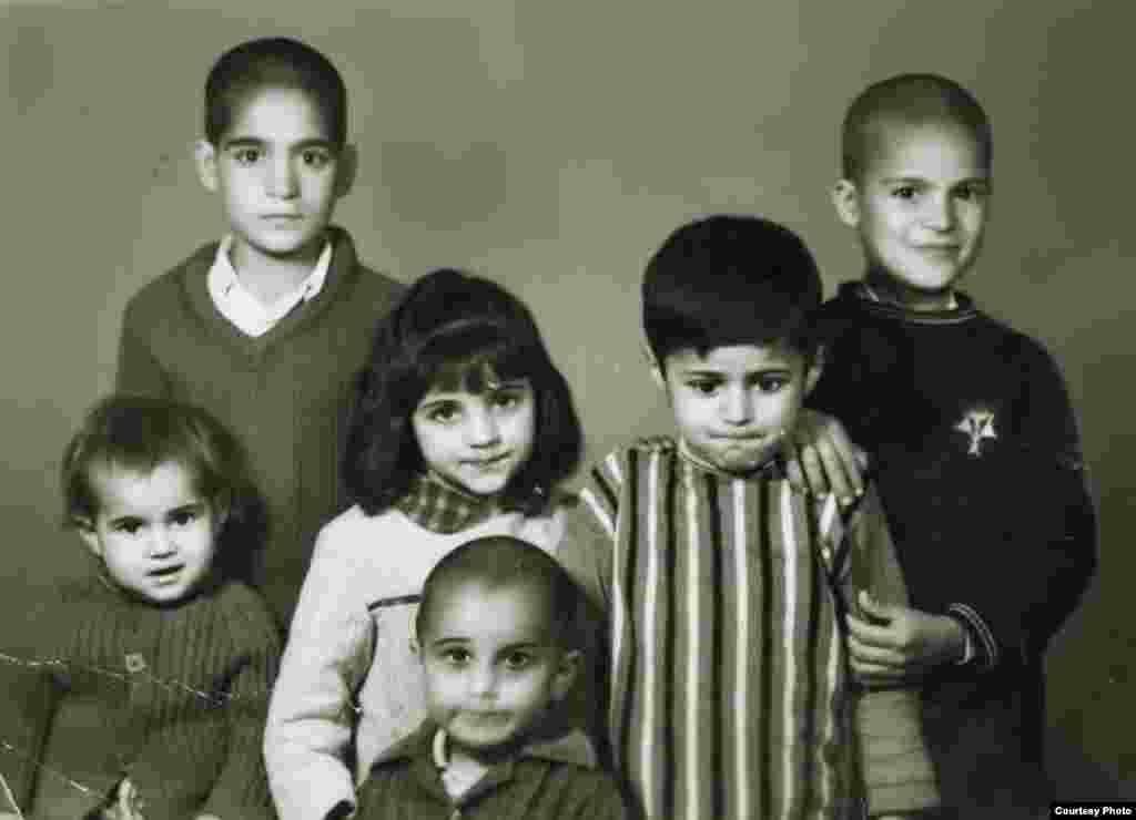 «رابطهام با صدا از کودکی خیلی خوب بود. گاهی احساس میکنم چیزهایی از صداها دریافت میکنم که دیگران به این شکل متوجه نمیشوند...» سعید عباسپور:متولد ۱ اسفند ۱۳۳۸، آبادان. یکی از چشمهای او مادرزاد نیمهبیناست (نفر دوم از سمت راست، کنار خواهران و برادران).