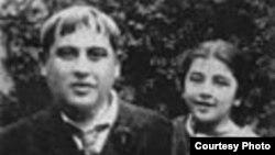 Тициан Табидзе с дочерью Танаит. Фото 1937 года