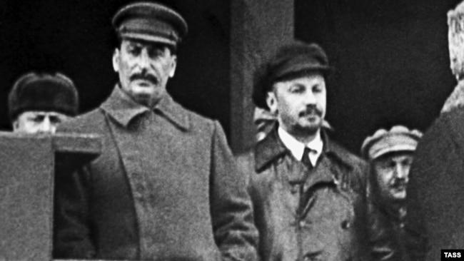 Иосиф Сталин и Николай Бухарин на трибуне Мавзолея
