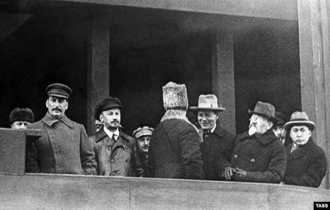 Иосиф Сталин и Николай Бухарин на трибуне Мавзолея, 1929 год