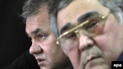 Министр по чрезвычайным ситуациям Сергей Шойгу (слева) и губернатор Кемеровской области Аман Тулеев на пресс-конференции в Междуреченске. Май 2010