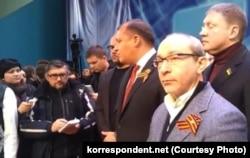 Михаил Добкин и Геннадий Кернес с георгиевскими ленточками во время Харьковского съезда в феврале прошлого года