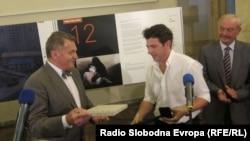 Damir Šagolj prime nagradu od gradonačelnika Praga Bohuslava Svobode, 13. septembar 2012.