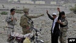 د افغانستان په تورخم کې امریکايي سرتېري د یوه کس تالاشي اخلي.