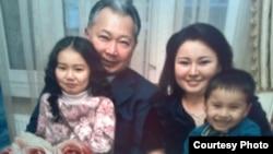После того, как Курманбек Бакиев покинул Кыргызстан, выяснилось, что у него есть вторая жена, с которой они воспитывают двух детей.