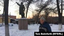 Художник Владимир Овчинников рядом с памятником Ленину в Боровске.