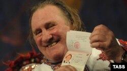 Актор Жерар Депардьє демонструє свій російський паспорт (архівне фото)